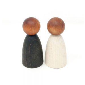 Enanos adultos de madera oscura