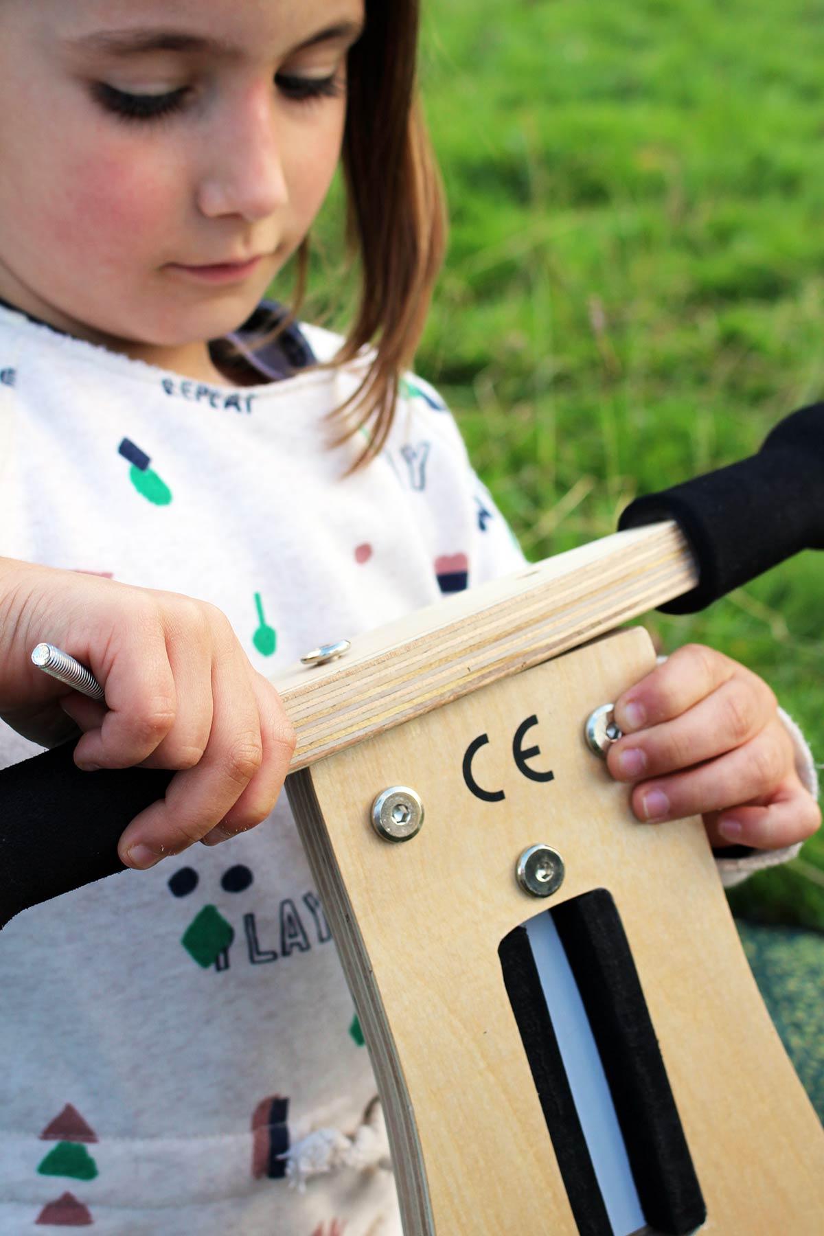 Bicicleta evolutiva sin pedales o de equilibrio de madera de la marca europea Scratch Europe para niñas y niños a partir de 2 años.