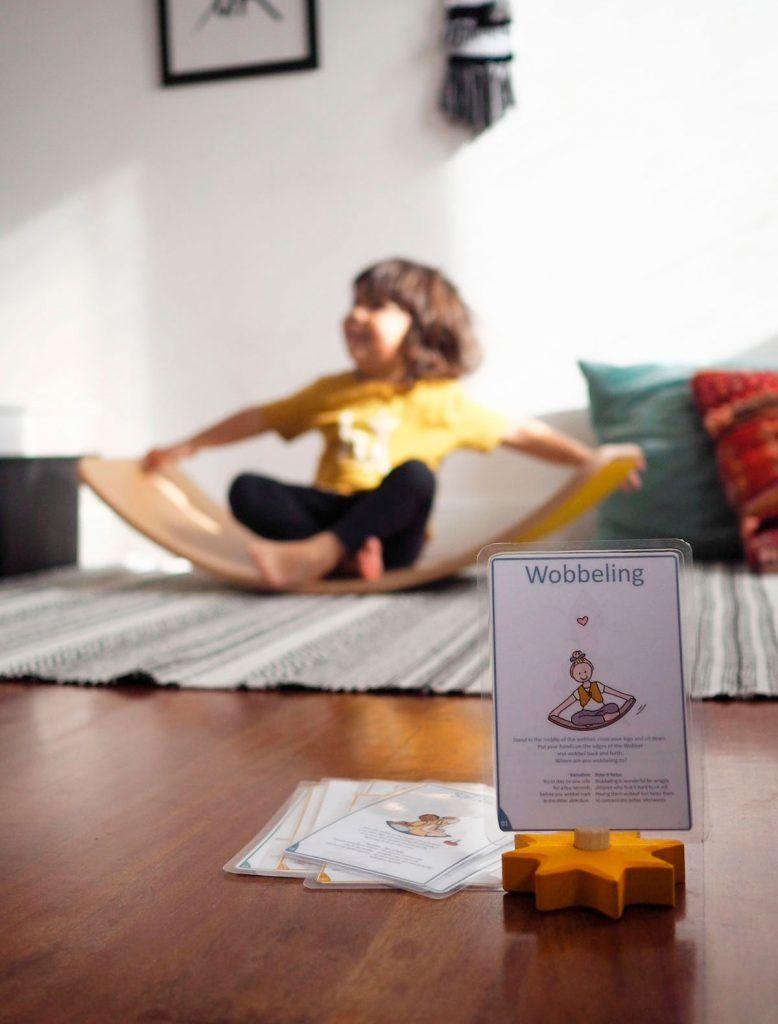 Yoga para niños en tabla curva wobbel