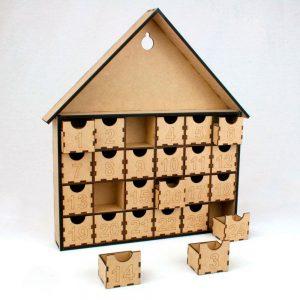 Calendario de adviento de madera en forma de casita con cajitas para meter objetos.