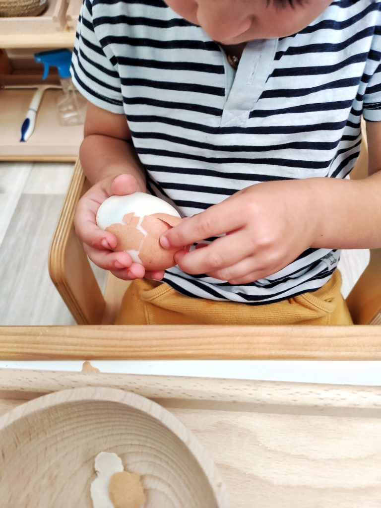 Bandejas de vida práctica - pelar huevo