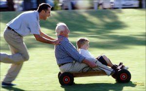 Abuelo-jugando-con-su-hijo-y-nieto-felices (1)